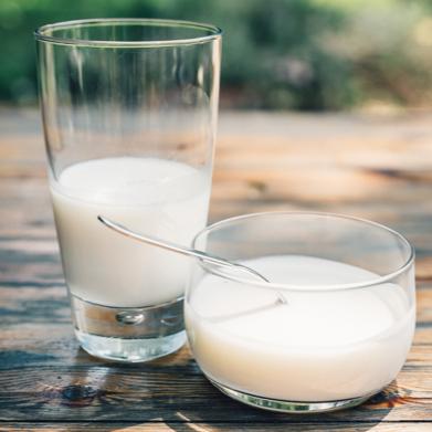 Latte fresco da mucche felici